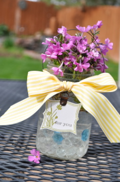 20+ Spring Flowers and DIY Vases to Make Mother's Day Vase