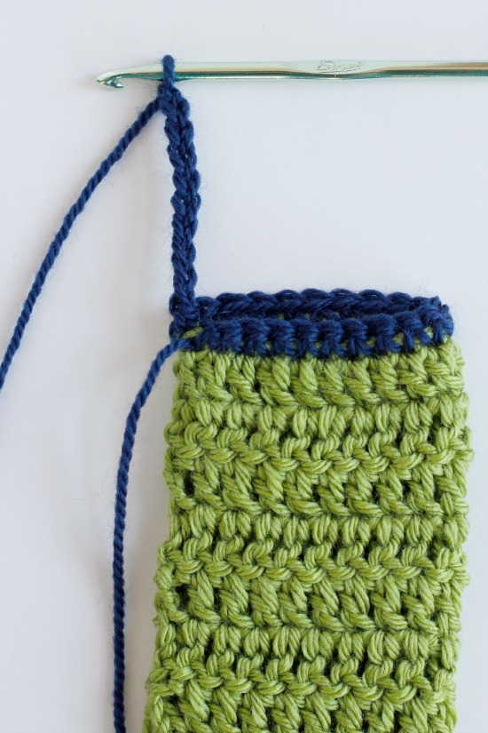 Adding a Loop to your Phone Crochet Cozy @makeandtakes.com