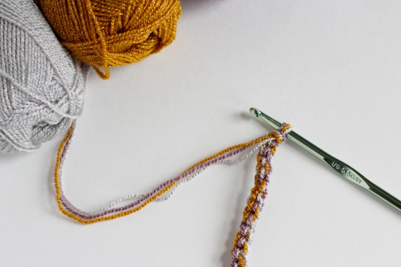 Blending 3 Colors of Yarn together for Crochet @makeandtakes.com #crochetaday