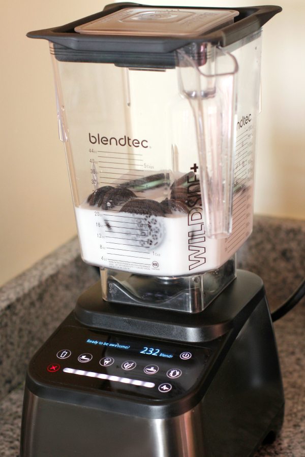 Blending Mint Oreos and Milk for a Smoothie