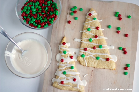 Christmas Crescent Roll Tree Treats @makeandtakes.com