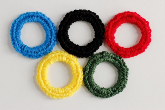 Crocheting Olympic Rings for the Winter Games @makeandtakes.com