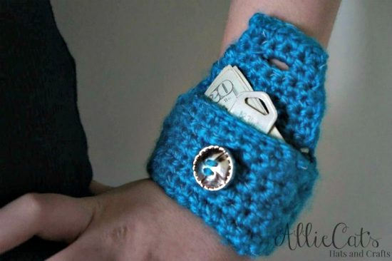 free-pattern-for-wrist-cuff-using-reflective-yarn-perfect-for-keeping-a-few-dollars-and-a-key-for-those-days-that-you-dont-want-to-carry-your-bag-around
