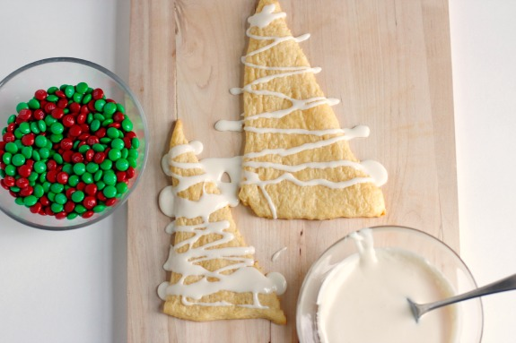 Frosting Crescent Roll Christmas Trees @makeandtakes.com