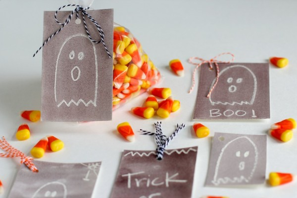 Halloween Gift Tags with Watercolor Crayon Ghosts @makeandtakes.com