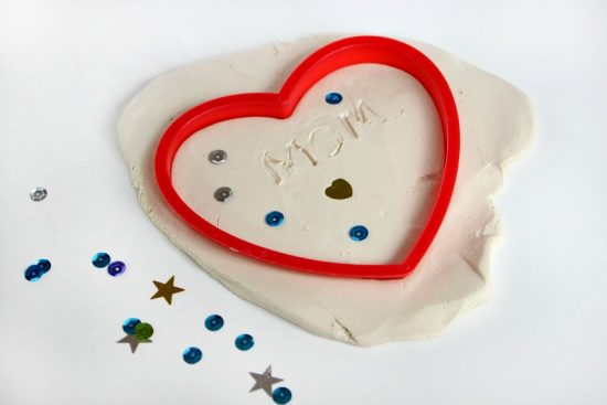 Kid-Made Jewelry Dish Gift for Mother's Day! A fun craft for kids that makes an adorable keepsake for mom or grandma
