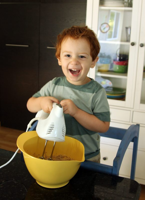 Making apple dip with toddlers