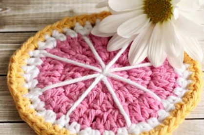 Grapefruit Coaster Crochet Pattern by daisycottagedesigns.net for @makeandtakes.com
