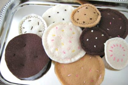 Felt Sugar Cookies Tutorial @makeandtakes.com