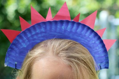 Fun and easy 4th of July craft for kids! An easy patriotic paper plate craft that kids can make!