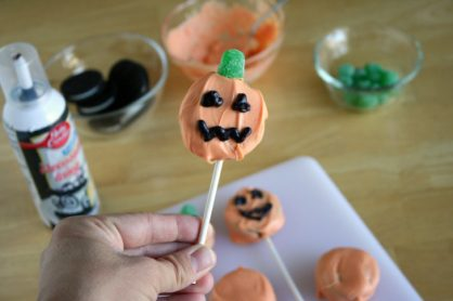 Oreo-Dipped-Pumpkin-Lollipops