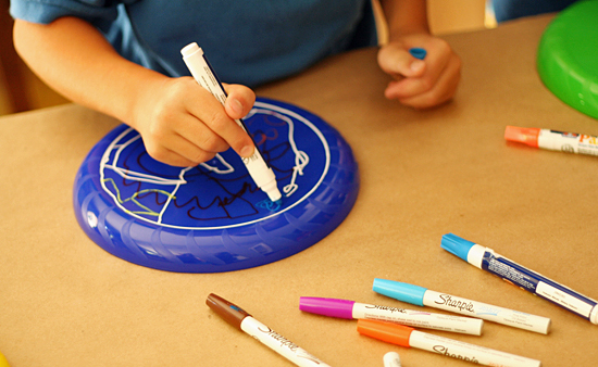 Coloring frisbees