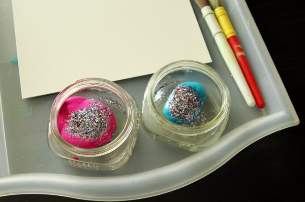 Less-mess glitter painting