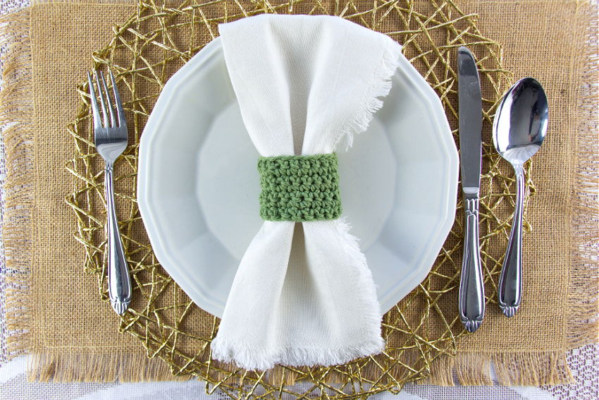burlap placemat with gold white and green place setting