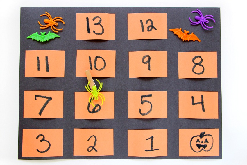 Easy DIYHalloween countdown pocket chart with spider clip made from construction paper! A simple Halloween craft for kids.
