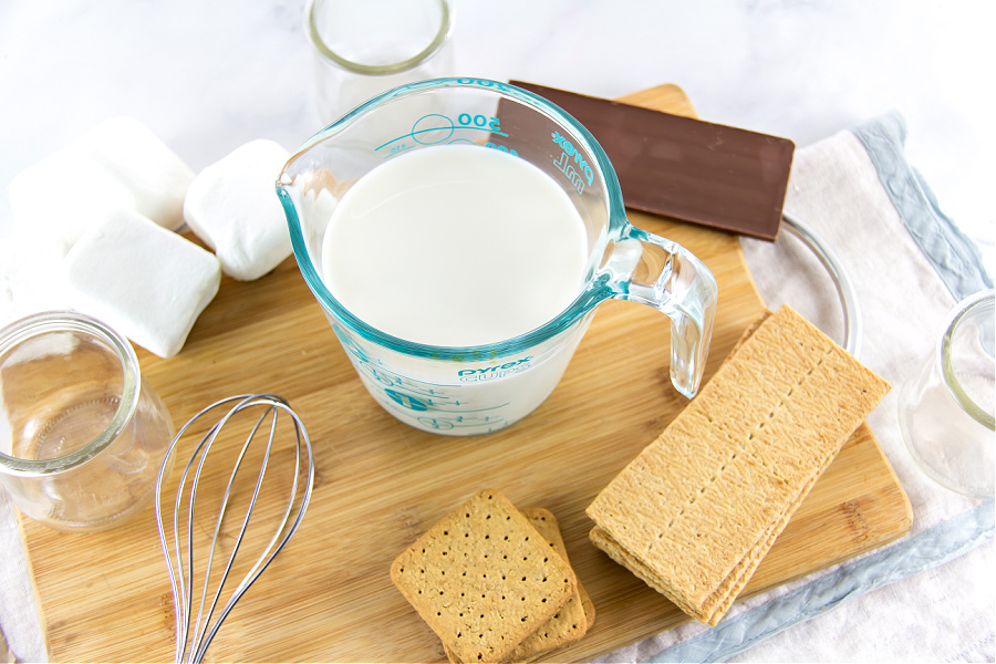 ingredients to make a smores dessert