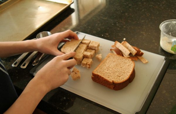 Slicing bread cubes for croutons